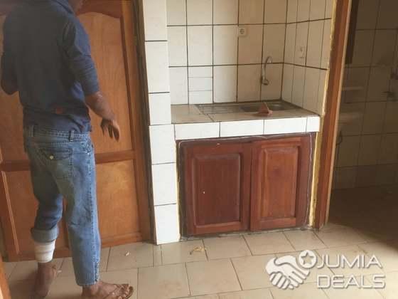 chambre moderne avec cuisine américaine douche interne plus balcon à louer  au carrefour scalom