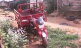 tricycle: trois roues, état neuf, roue de secours, clefs et autres accessoires. 03 mois d'usage. - Cameroun